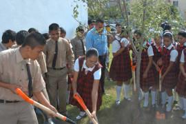 Escolares y maestros ayudan a cuidar el medio ambiente
