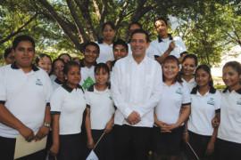 Entrega gobernador reconocimientos a alumnos triunfadores del CONASEP