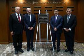 """Honra UANL a médicos con medalla """"Dr. José Eleuterio González"""""""