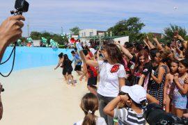 Disfrutan familias de Escobedo nueva alberca de olas en Divertiparque