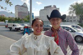 Bailan en la calle para  representar a México