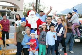 Disfrutan miles de familias de Santa Catarina desfiles navideños simultáneos y encendido del pino