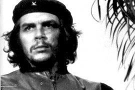 Frente al cuerpo del Che